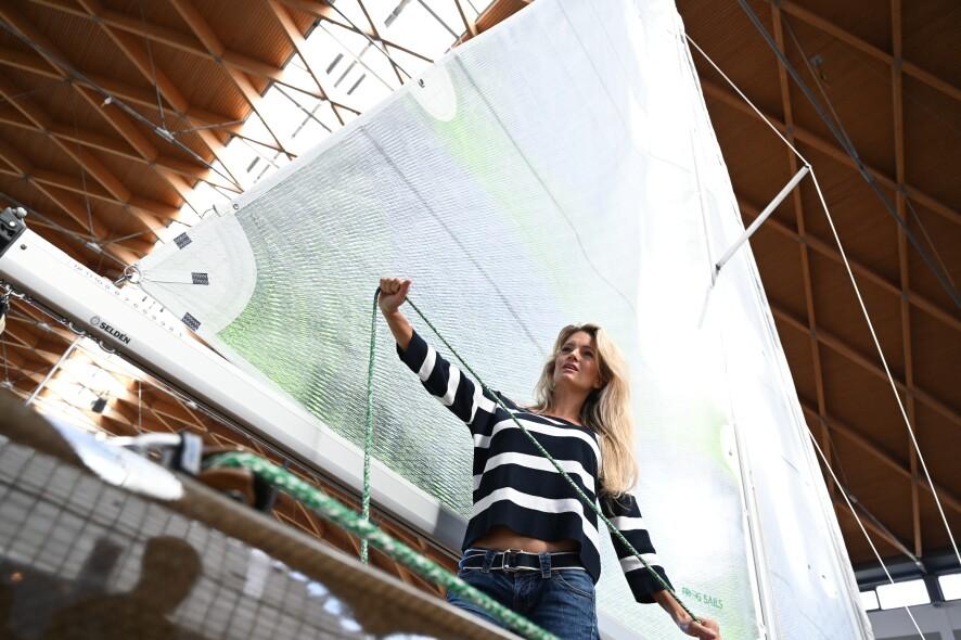 A1: Model Katharina Kuhlmann auf einer Flax 27 von Greenboats