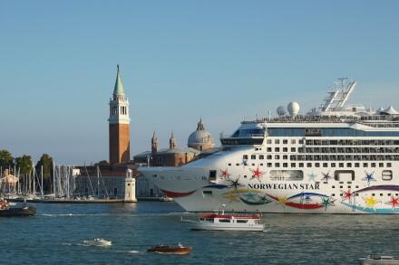 cruise-ship-3687021_1920