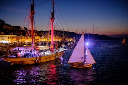 3. Noćna regata tradicijskih barki na jedra pod svjetlima reflektora, autor Sandro Tariba