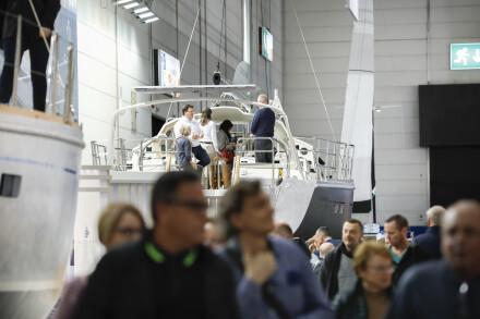 """Segeln ist die Seele des Wassersports! Die erste bekannte Darstellung eines Schiffes unter Segeln findet sich auf einer ägyptischen Zeichnung aus Luxor aus der Zeit 5000 vor Christus! Ohne Segel hätte Christopher Kolumbus die """"Neue Welt"""" nicht entdeckt. Ganz klar: Mit dem Segeln hat das Reisen auf Flüssen und Meeren begonnen. Durch die Leidenschaft für das Segeln entwickelte sich ein beliebter Wassersport, der für jedermann etwas ist. Drei Hallen sind ab 2020 in Düsseldorf dem Segeln gewidmet. Die Großen der Szene sind natürlich mit auf Kurs: Hanse, Bavaria, Hallberg Rassy oder Großsegler wie Oyster, CNB und Nautors Swan sind wieder an Bord. Gemeinsam mit den Herstellern innovativer neuer Boote ergibt sich ein vielfältiges, international geprägtes Bild einer fortschrittlichen Segelbranche. Gewürzt mit den Auftritten renommierter, weltweit bekannter Segel-Größen wie Sir Robin Knox-Johnston, junger Wilder wie Laura Dekker mit ihrem neuen Segel-Projekt für Jugendliche und Experten oder Blauwasser-Seglern wie Sönke Roever im """"Sailing Center"""", sind die Segelhallen das Spiegelbild einer vitalen und sehr emotionalen Szene. Gemeinsam mit ihrem Medienpartner, dem deutschen SVG Verlag, ruft die boot die Aktion """"start sailing"""" (Halle 15) ins Leben. Hier profitieren Einsteiger und Interessierte vom Know-how der Experten. In ungezwungener Atmosphäre können junge und junggebliebene Menschen ihrem Seglertraum ein großes Stück näherkommen. Erstmals reist der Original-Pokal – aus dem Jahr 1851 - des Americas Cup presented by Prada nach Düsseldorf. Die Trophäe der ältesten heute noch ausgetragen Segelregatta ist damit 18.538 Kilometer von Neuseeland in die rheinische Metropole unterwegs und wirbt für ihren beeindruckenden Wettkampf. Die boot Düsseldorf ist die weltweit größte Boots- und Wassersportmesse und alljährlich im Januar der """"In-Treffpunkt"""" der gesamten Branche. Rund 1.900 Aussteller aus 71 Ländern zeigen vom 18. bis 26. Januar 2020 ihre interessanten Neuheiten, attraktiven W"""